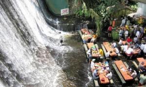 フィリピンの変わったレストラン!! 滝壺で食べる清涼感200%のランチタイム