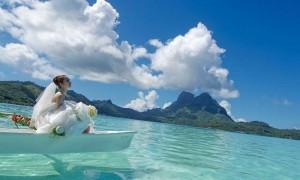 遠い海からきたアイツに会えるかもしれないボラボラ島の碧い海