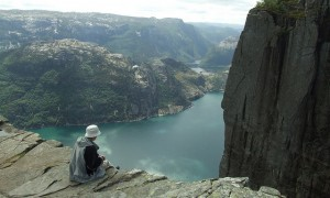 ノルウェーにある断崖絶壁の光の入り江『リーセフィヨルド』