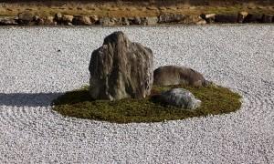 観る者を静寂な世界にいざなう龍安寺の石庭