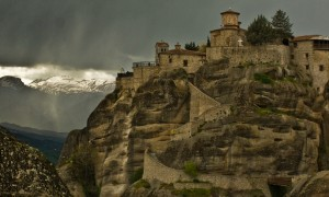 ギリシャの険しい岩山に建てられた 祈りと瞑想の境地 メテオラ修道院