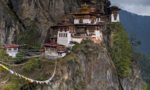 絶壁にそびえ立つ虎の巣穴と呼ばれるブータンの『タクツァン僧院』