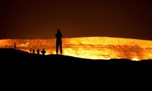 灼熱の炎が燃え上がるダルヴァザにある『地獄の門』と呼ばれる巨大な穴